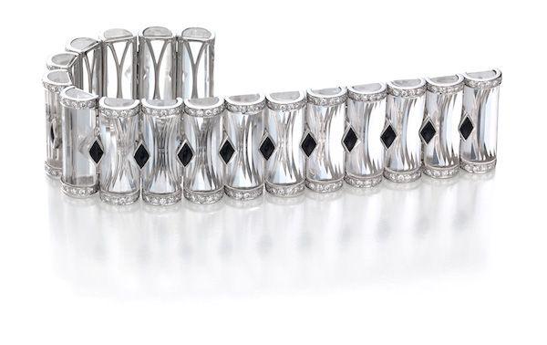 Браслет из платины с продолговатыми кристаллами кварца, черным нефритом и бриллиантами