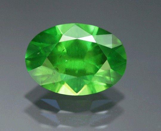 Российский демантоид весом 2,53 карата имеет ярко-зеленый цвет и заметные включения