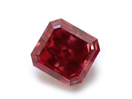 Ультраредкий фантазийный красный бриллиант не имеет вторичного оттенка