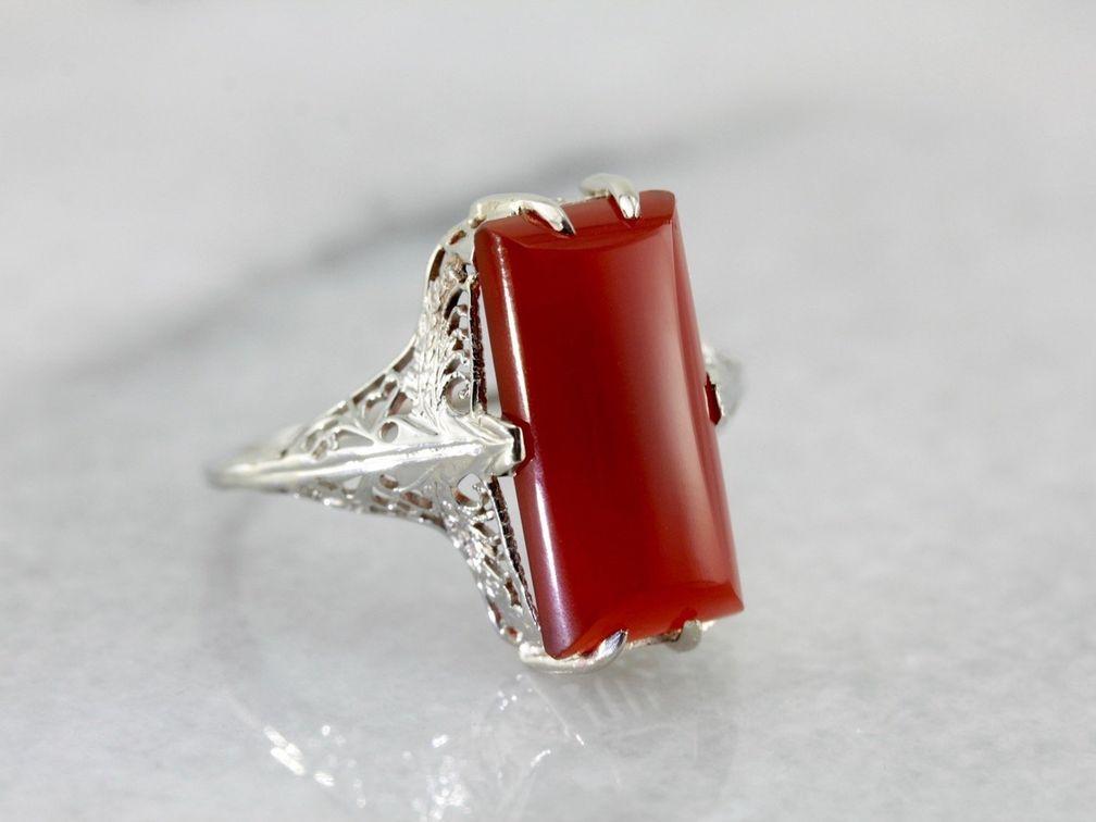Это полупрозрачное оранжево-красное кольцо из сердолика придаст яркости любому наряду