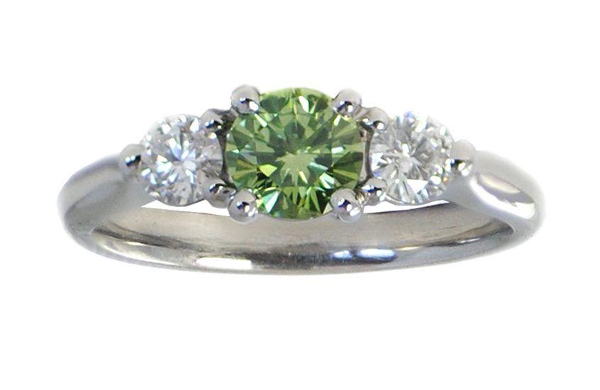Зеленый бриллиант – отличный вариант для уникального обручального кольца