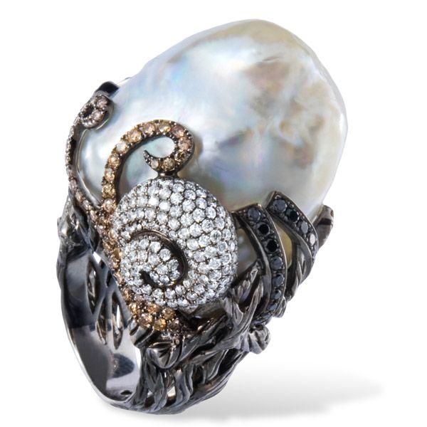Кольцо от Lydia Courteille из золота с жемчугом, фантазийными сапфирами и бриллиантами