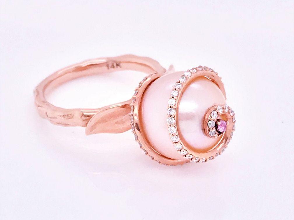Розовая пресноводная жемчужина в клетке из розового золота с бриллиантами