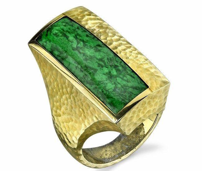 Смелый дизайн кольца идеально дополняет насыщенный зеленый матовый сит-сит