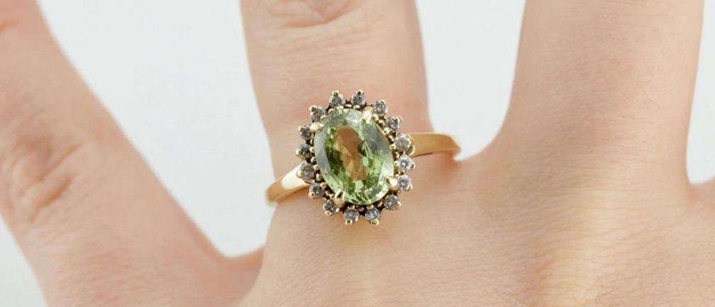 Светло-желто-зеленый хризоберилл отлично подходит для коктейльного кольца