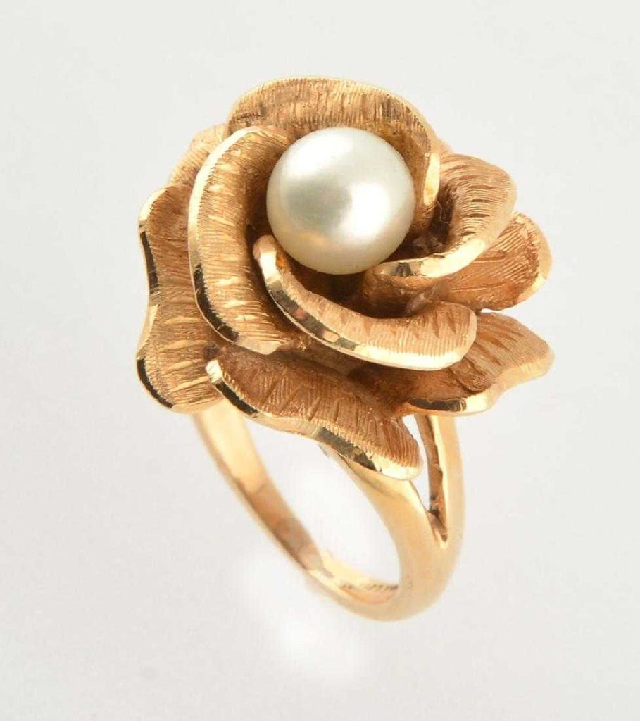 Кольцо из золота украшено японским культивированным жемчугом в красивой цветочной чаше
