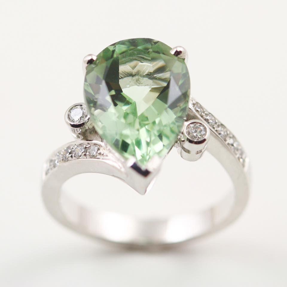 Центральный камень кольца – празиолит в форме груши