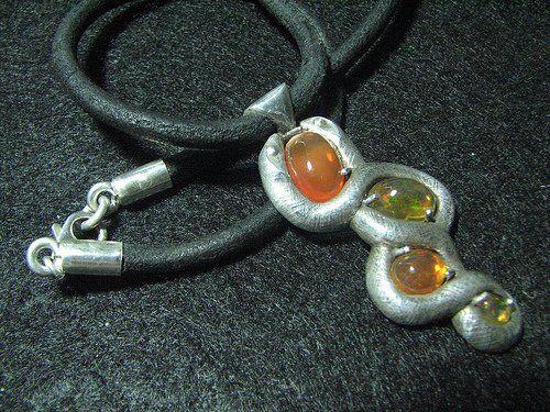 Выпуклые края, подобные тем, что используются в этой подвеске, также могут быть применены к оправе опалового кольца