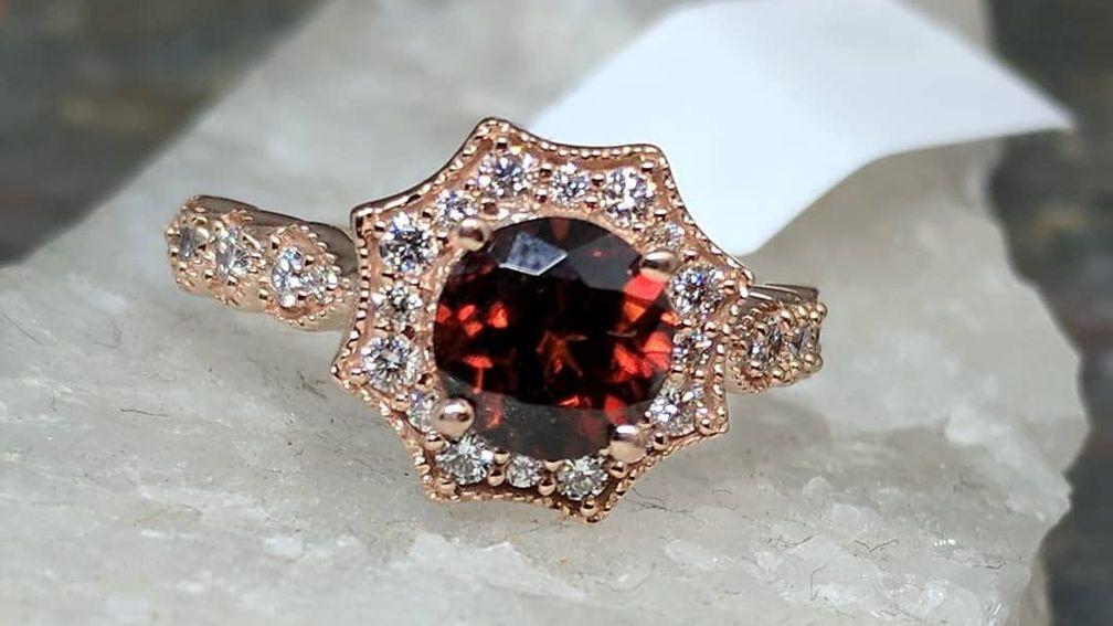 Глубокий красный цвет циркона и его блеск делают этот драгоценный камень отличным выбором