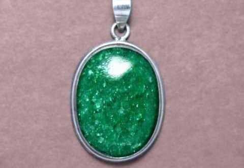 Кулон из авантюрина демонстрирует насыщенный зеленый оттенок и много блесток