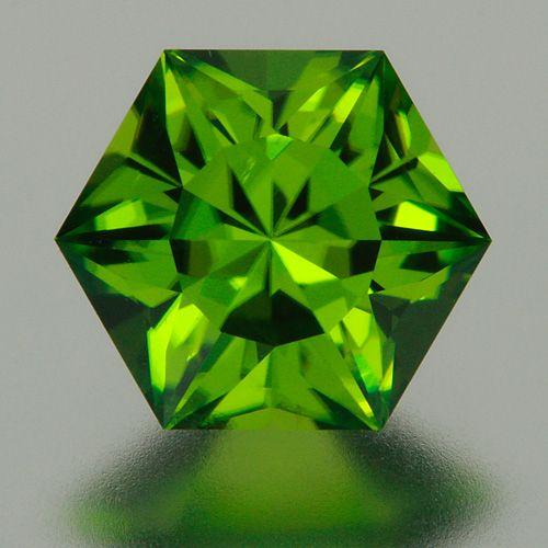 Шестиугольный аризонский перидот чисто зеленого цвета