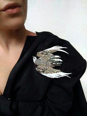 Ювелирные украшения в виде птиц: какие бывают и кому подходят