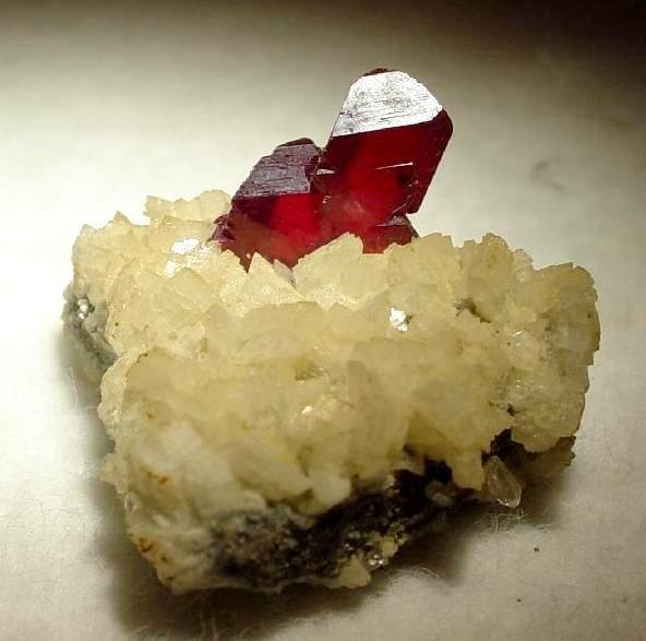 Эти ярко-красные кристаллы киновари с драгоценными камнями идеально подходят для коллекции