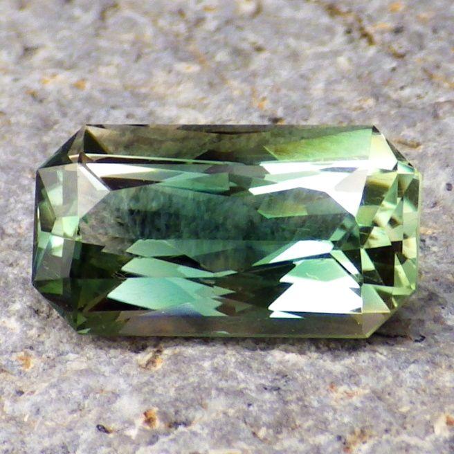 Орегонский солнечный камень редкого сине-зеленого цвета