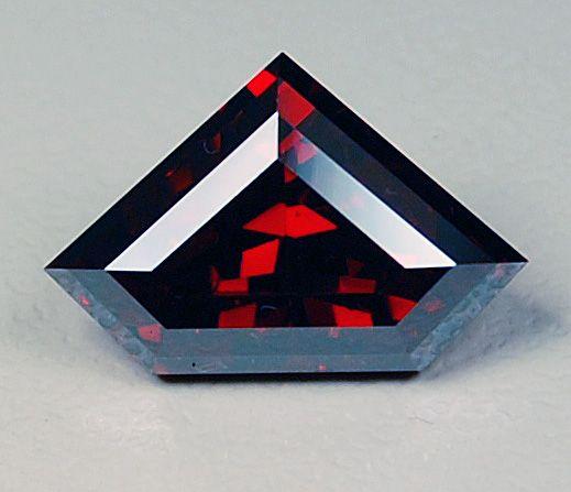 Хорошо ограненный куприт, как этот драгоценный камень имеет металлический блеск и красивый темно-красный цвет
