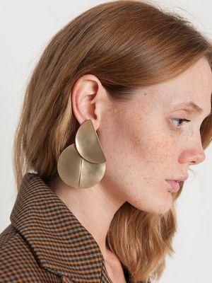 Серьги-пластины: как выбрать и с чем носить