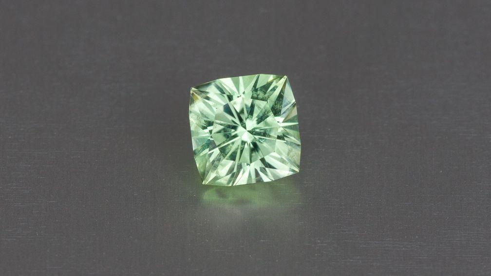 Мятно-зеленый корнерупин - яркий и блестящий. © Earth's Treasury