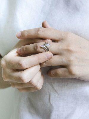 Кольцо с камнями на среднем пальце