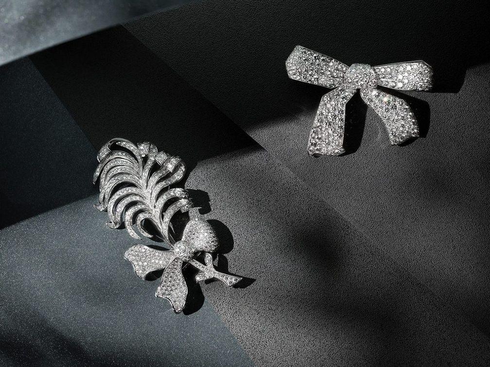 Броши Ruban и Plume выполнены из платины и украшены бриллиантами