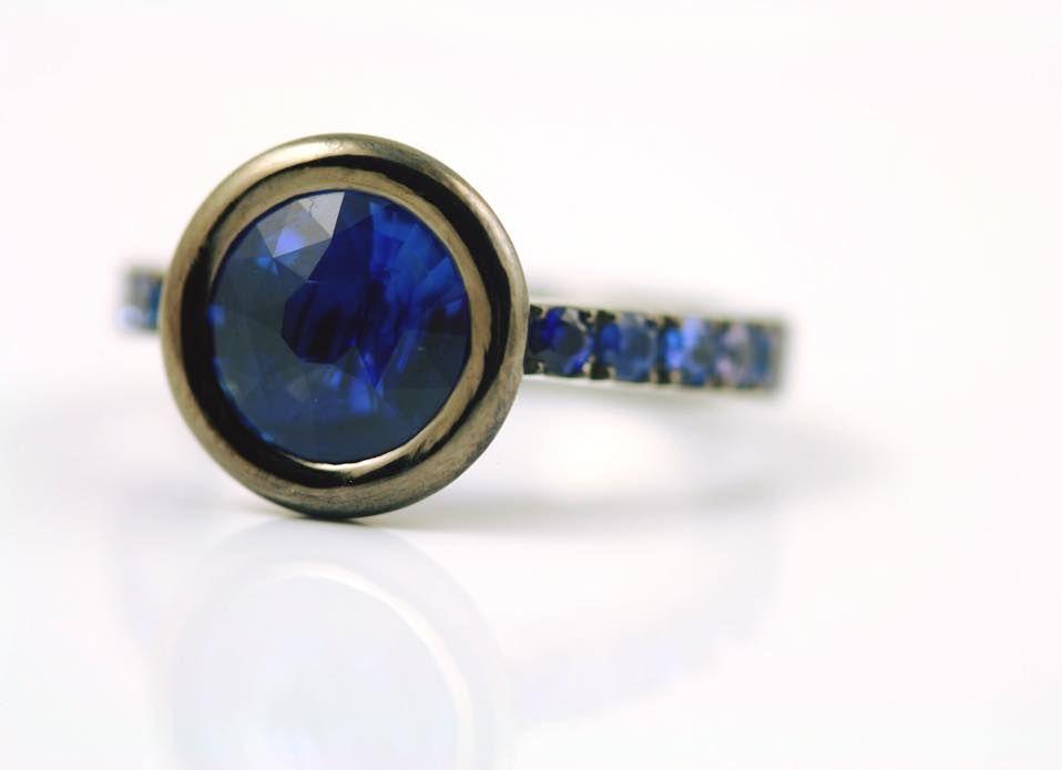 Это кольцо украшают сапфиры королевского синего цвета с центральным камнем, не подвергавшимся улучшениям