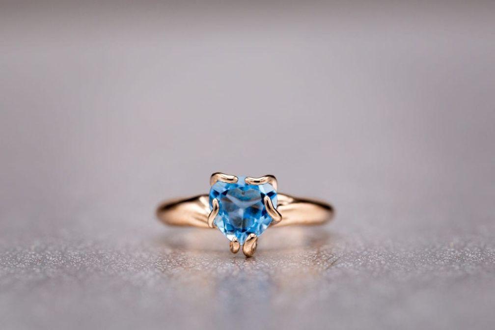 Как и многие синие драгоценные камни, этот швейцарский голубой топаз имеет вторичный зеленый оттенок