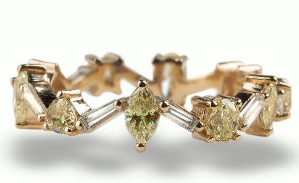 Обручальное кольцо из желтого золота с желтыми и белыми бриллиантами