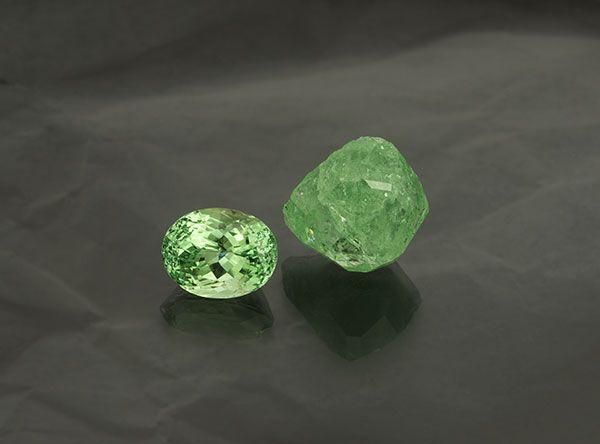 Образцы зеленого гроссуляра из Танзании: ограненный камень и необработанный камень