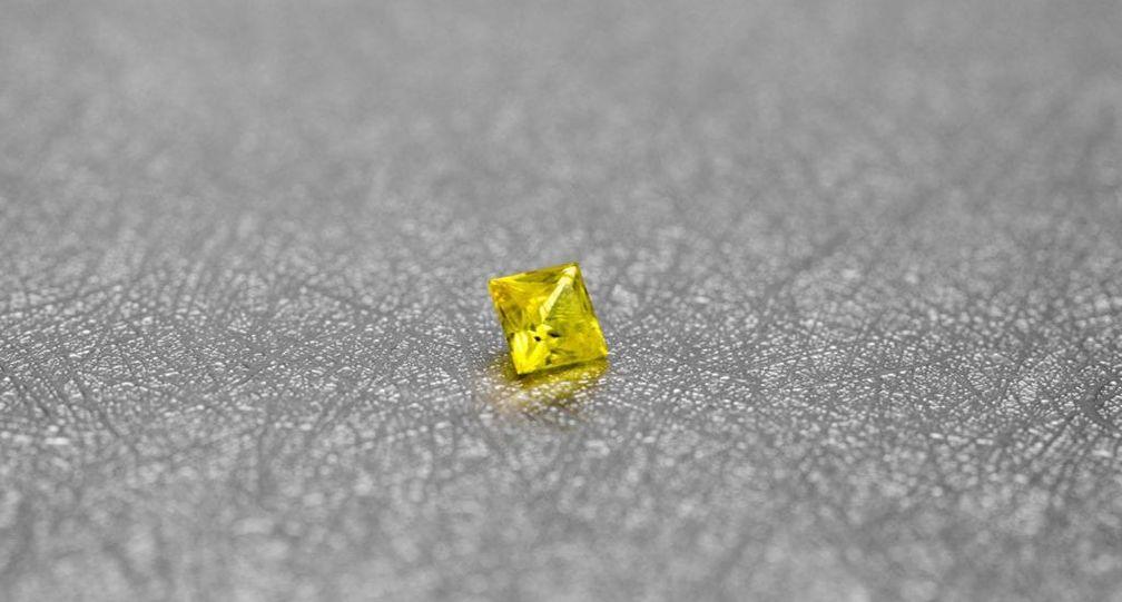 Желтый сапфир огранки принцесса имеет очень насыщенный цвет
