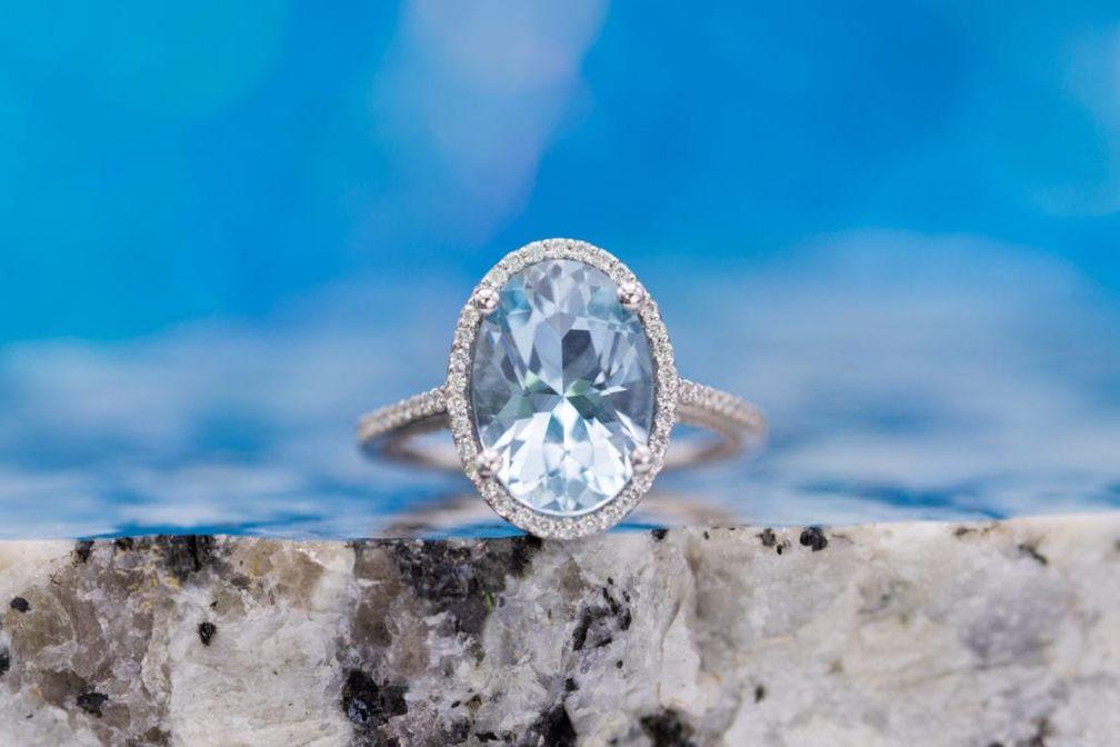 Аквамарины – светло-голубые драгоценные камни. Темное вкрапление в такой драгоценный камень умалит его красоту