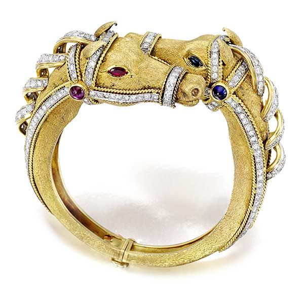 Золотой браслет Bulgari с двумя конскими головами, украшенный драгоценными камнями