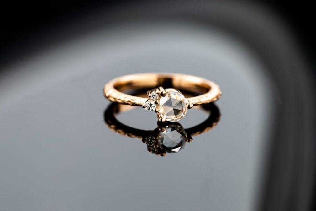 Простота бриллианта огранки роза может придать любому обручальному кольцу винтажный вид. © CustomMade