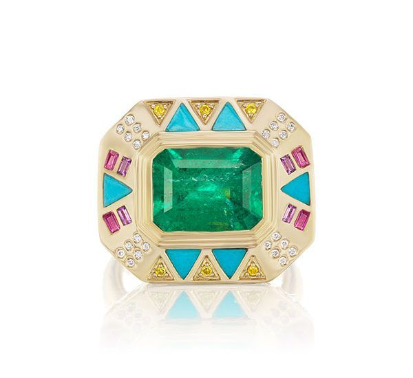 Кольцо от Harwell Godfrey x Muzo Emerald из желтого золота с изумрудом, бирюзой, розовыми сапфирами, аметистами, желтыми и белыми бриллиантами