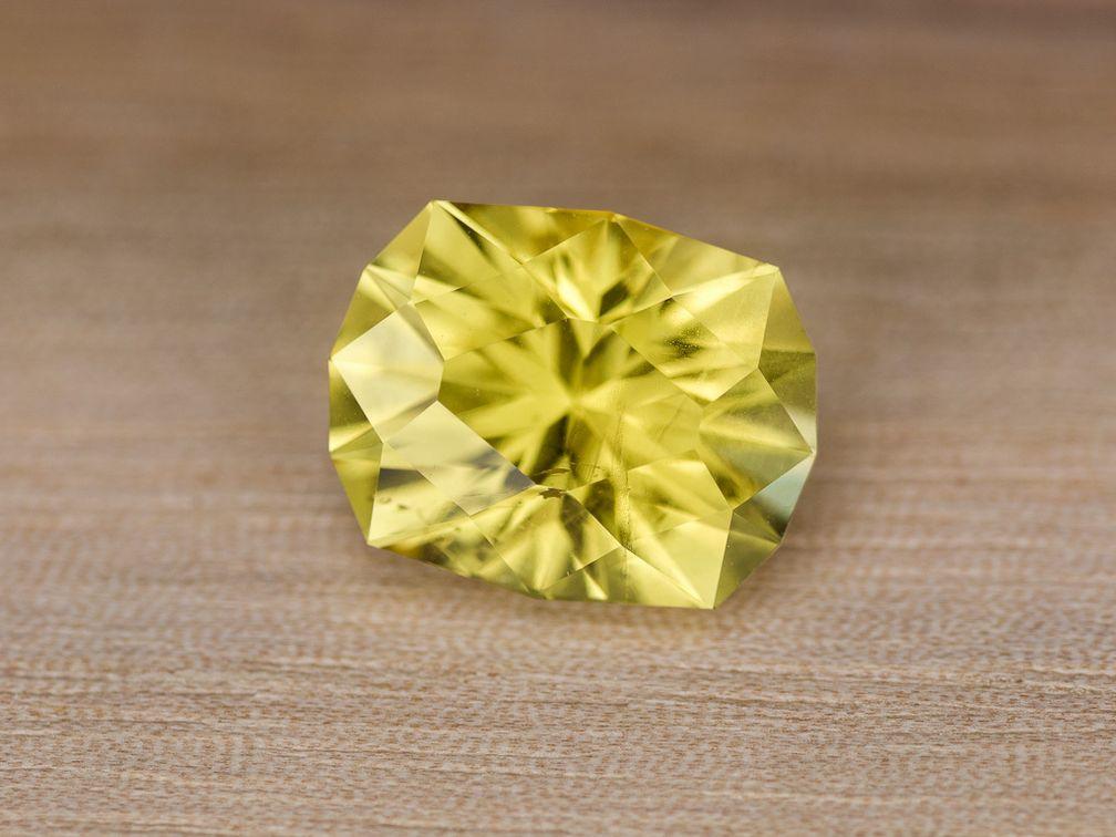 Этот гелиодор имеет отличный цвет и является гораздо менее дорогим вариантом, чем желтый сапфир или бриллиант
