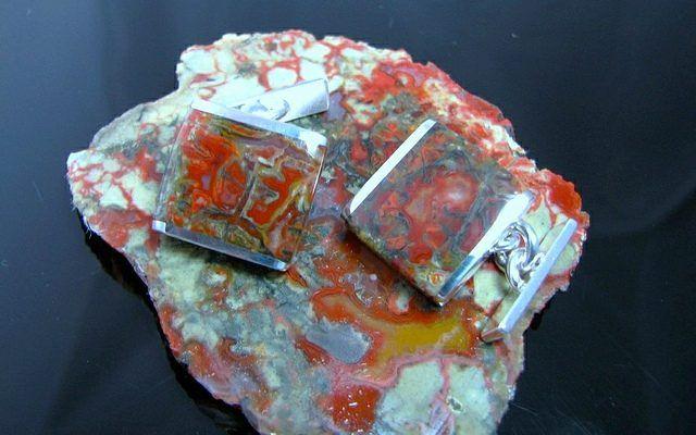 Вставки в запонках из копролитов