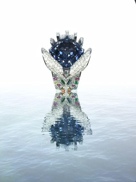Кольцо Ocean Tides от Harry Tutunjian с голубой шпинелью огранки подушка весом 15 карат и цветным морским стеклом