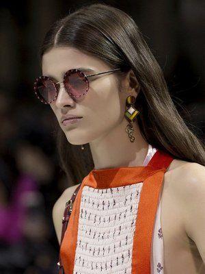 Как сочетать ювелирные украшения с очками