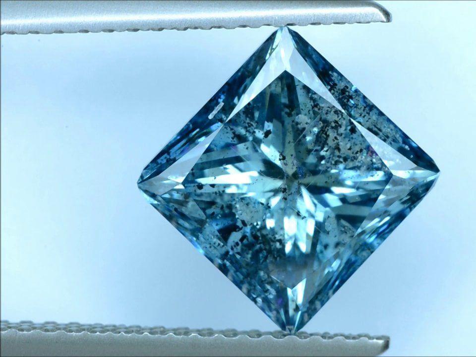 Этот бриллиант имеет прекрасный цвет, но содержит много включений