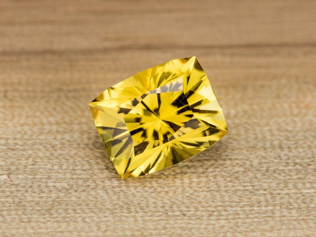 Этот ярко-желтый танзанийский данбурит – отличный вариант для кольца