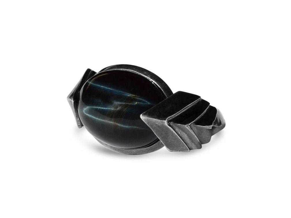 В этом архитектурном кольце от Metropolis Bolt Ring кабошон соколиного глаза демонстрирует резкую волнистость