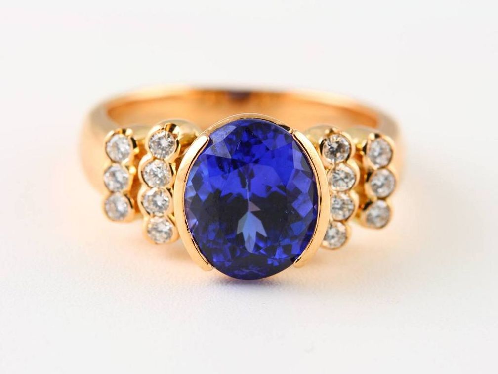 Этот высококачественный танзанит имеет насыщенный синий цвет с легкими фиолетовыми оттенками