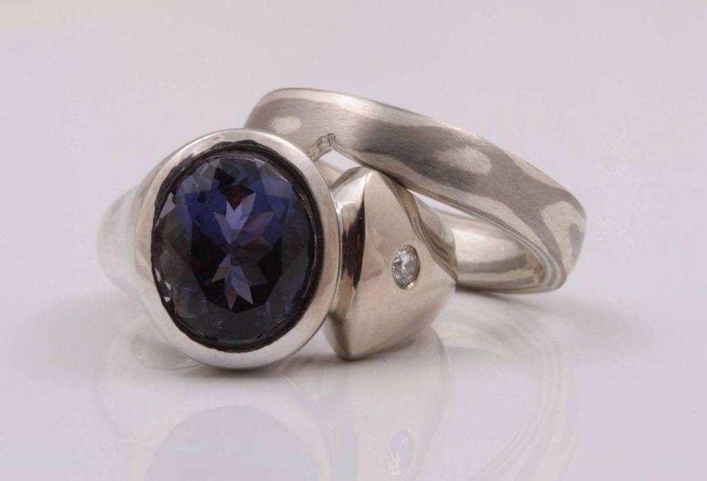 Эта оправа очень хорошо защитит темно-фиолетовый и синий драгоценный камень иолит