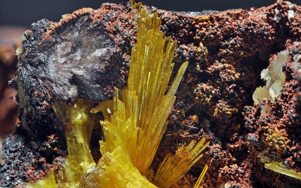 Образец ярко-желтого кристалла леграндита