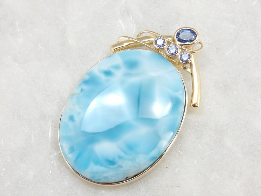 Кулон с большим мечтательным небесно-голубым кусочком ларимара, который украшен танзанитовой вставкой