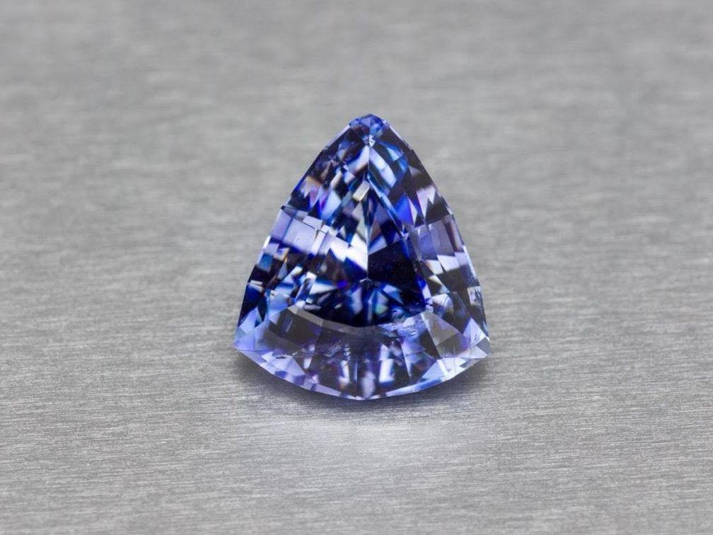 Этот бенитоит весом 2,40 карата имеет некоторые недостатки, но его фиолетово-синий цвет хорошо их скрывает