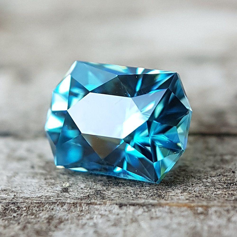 Правильно ограненные драгоценные камни из циркона обладают блеском, с которым могут сравниться немногие драгоценные камни