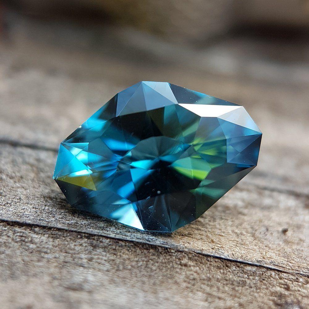 Несколько торговых наименований описывают цвет топаза. Этот драгоценный камень – «лондонский синий», более темный по тону, чем «швейцарский синий» и «небесно-голубой», и имеет сильный вторичный зеленый оттенок