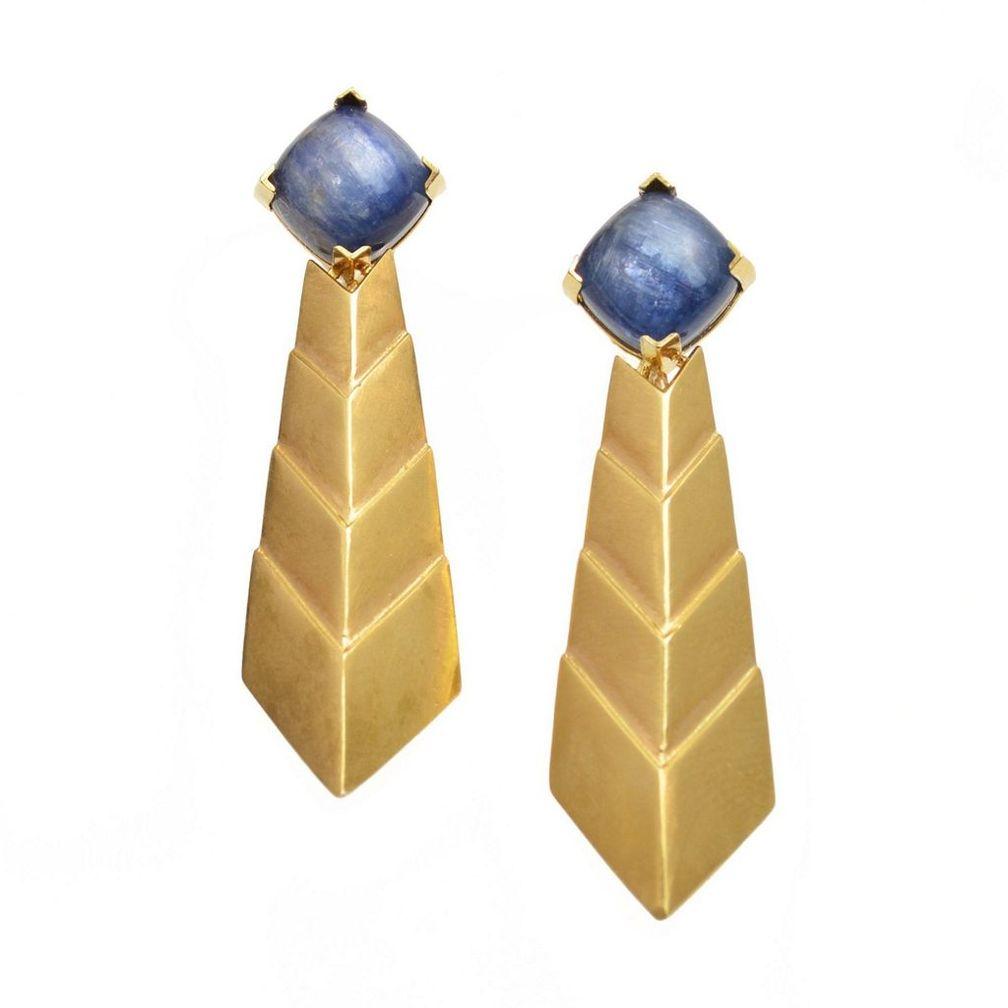 Кабошоны из кианита в этих серьгах Kyanite Comet Earrings имеют привлекательные шелковистые включения