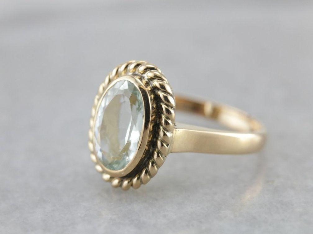 Коктейльное кольцо украшает силлиманит легкого синего оттенка весом 3,1 карата