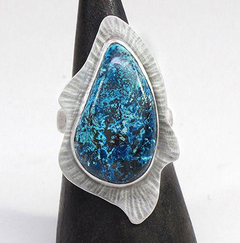 Синие и сине-зеленые завитки в этом шаттуките в кольце от Leslie Zemenek завораживают