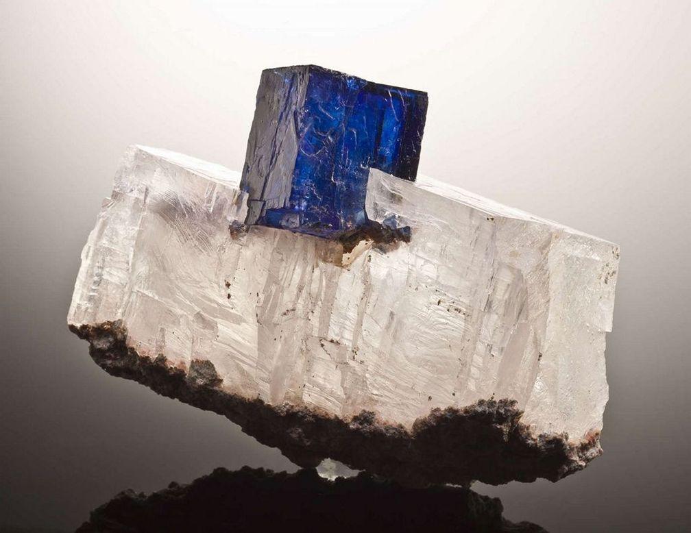 Глубокие синие оттенки и кубическая форма делают синий галит прекрасным дополнением к любой коллекции